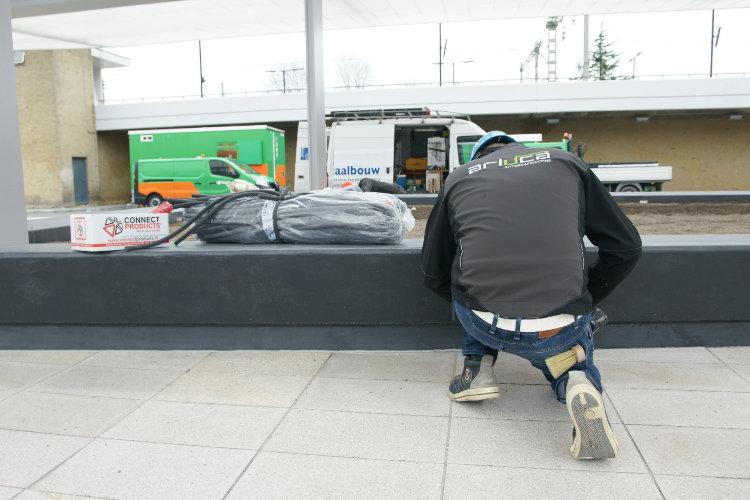 Kitter spuit de dilatatievoegen vol op het station in Tilburg