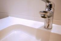 Kitwerk aan wasbak in badkamer