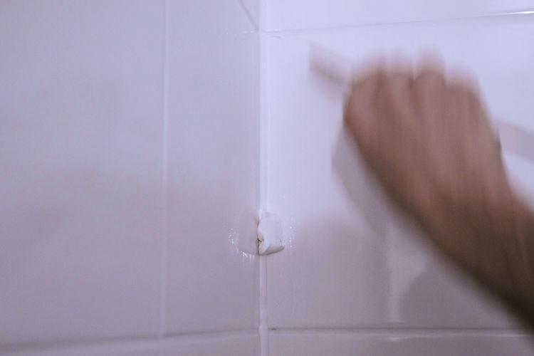 Kitwerk afmessen in badkamer en douche na het kitten